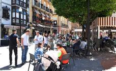 Los hosteleros reparten desde hoy 10.000 pegatinas para que no se vocifere en la calle
