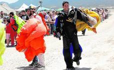 Paracaidistas militares y civiles igualan el récord nacional de grandes formaciones