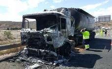 Arde un camión cisterna en Puerto Lumbreras
