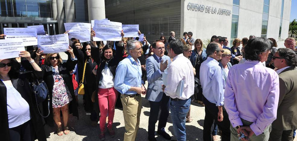 La Justicia se paraliza en la Región para exigir más medios y mejoras laborales