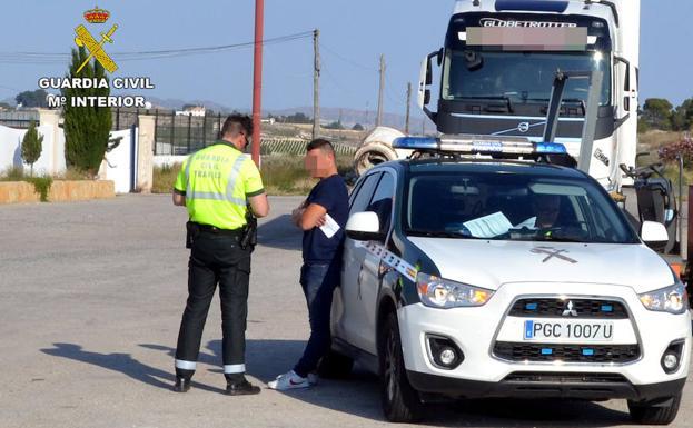 El conductor del camión, tras ser interceptado por la Guardia Civil. /G. C.