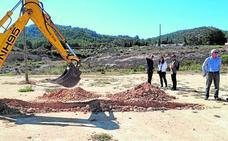 Técnicos de la Consejería analizan los terrenos en los que se levantará el colegio