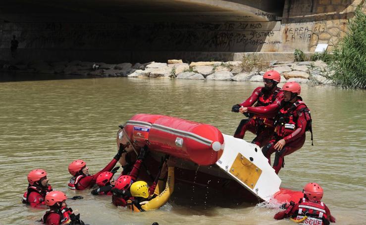 Los bomberos realizan prácticas de rescate y salvamento en el río Segura