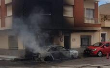 Herida por inhalación de humo una octogenaria en el incendio de un vehículo en Totana