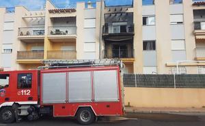 Extinguen un incendio declarado en el balcón de una vivienda en Águilas