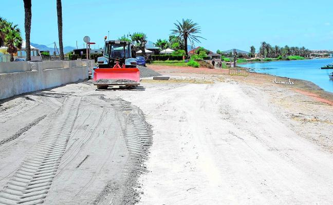La ribera sur del Mar Menor recibe 63 camiones de arena
