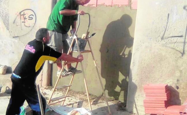 Vecinos de San Antón recogen firmas tras la agresión a una anciana