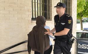 La mujer sospechosa de desfigurar a su esposo con ácido seguirá en prisión