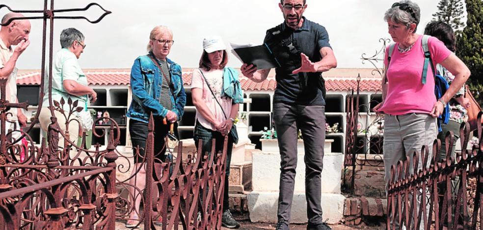 Una ruta desvela los misterios del cementerio municipal