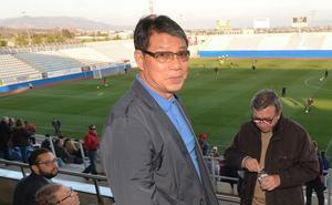 Xu Genbao se aplica para pagar las cuentas pendientes