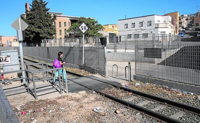 Vecinos de Los Mateos protestan por el riesgo y la suciedad en la vía de FEVE