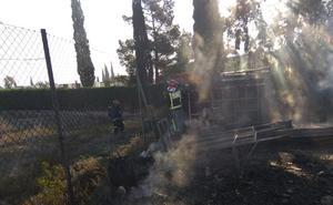 Sofocan un incendio en los exteriores de un almacén de frutas de Totana