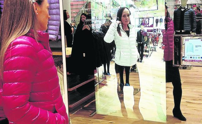 El espejo 'mágico' que te muestra cómo te queda la ropa sin probarla