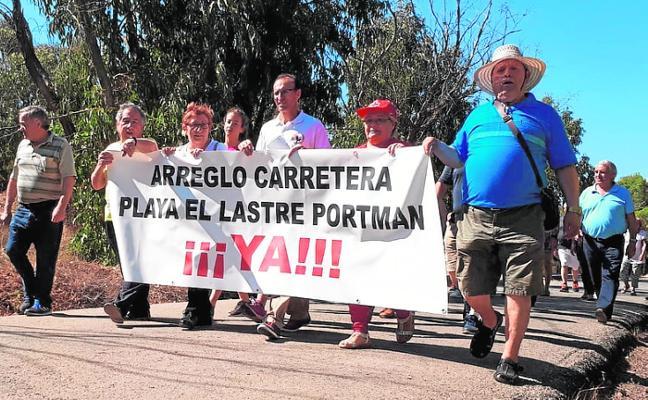 Portmán exige que se ensanche el vial a su única playa abierta