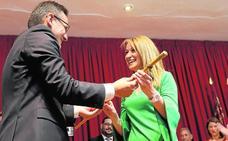 Los vecinos arropan la entrega de la vara de mando a su primera alcaldesa de Alhama