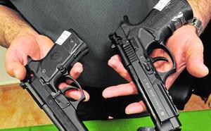 Un cambio en la ley obliga a entregar casi un centenar de armas detonadoras