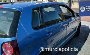 Rescatan a un bebé en el interior de un coche en Murcia