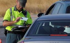 La Guardia Civil avisa: Te pueden multar si te pillan conduciendo así en verano
