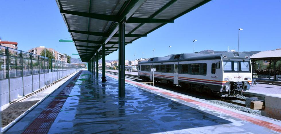 Adif instala las marquesinas para pasajeros en los andenes de la vía provisional del AVE