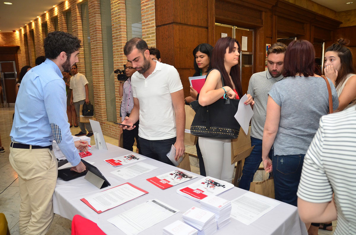 Más de 200 jovénes se informan de las opciones del mercado laboral