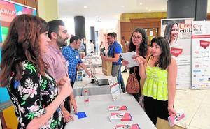 Las empresas orientan a 250 jóvenes a buscar trabajo en la feria de empleo de la Cámara