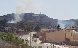 Los bomberos extinguen un incendio forestal en La Unión