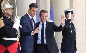 Macron y Sánchez proponen centros de desembarco para los inmigrantes que lleguen a Europa