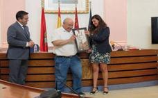 La escritora Rosario Raro entrega una donación a las víctimas de Talidomina