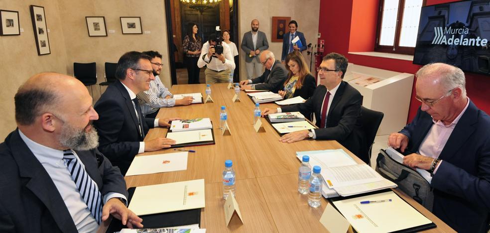 Conesa asegura que en ningún caso el AVE llegará a Murcia antes del primer trimestre de 2019