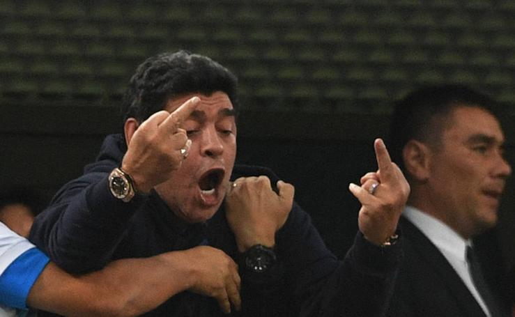 El 'show' de Maradona en el Nigeria-Argentina