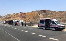 Herido el conductor de un camión tras volcar en la AP-7 en Mazarrón