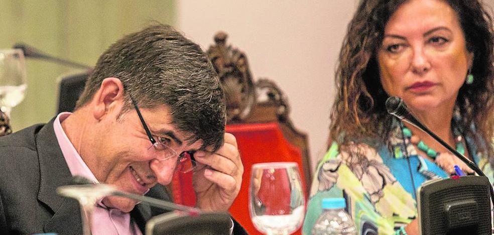 Castejón mantiene a Aznar pese a que el Pleno le exige irse por su piscina