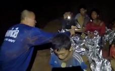 Diez soldados y un médico acompañan a los niños atrapados en una cueva en Tailandia
