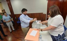 Miras vota en Lorca sin desvelar a quién para «no condicionar» a los afiliados