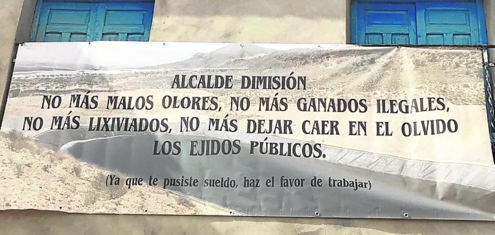 Piden la dimisión del alcalde en una pancarta