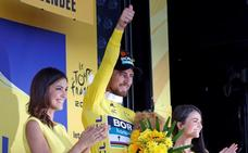 Sagan, favorecido por una caída de Gaviria, gana y se viste de amarillo