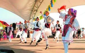 El folclore internacional sale a la calle