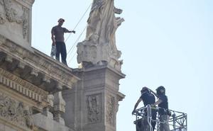 El hombre encaramado en la Catedral de Murcia accede a bajar tras amenazar con tirarse al vacío