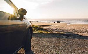 Cómo evitar que el sol y la arena de la playa acaben dañando tu coche