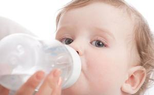 Los bebés que toman alimentos sólidos más temprano duermen más tiempo
