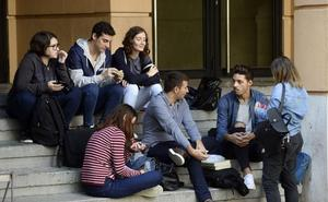Miras se compromete a rebajar, «y si no es posible, congelar» las tasas universitarias