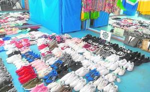 La Policía Local confisca artículos para abastecer a 'manteros' en un almacén de Cabo de Palos