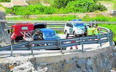 Un quitamiedos evita que un coche caiga al vacío