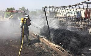 Arden varios vehículos y neumáticos en el incendio de un desguace en Las Torres
