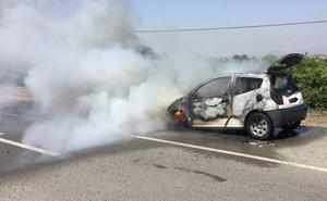 Arde un coche en plena autovía A-7 en Puerto Lumbreras