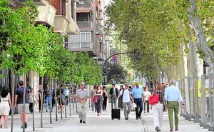 Los peatones disfrutan ya de la mitad del paseo de Alfonso X, y el otro lateral abrirá en octubre