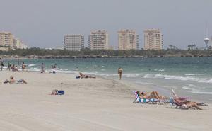 Los hoteles se quejan de «un verano flojo» por el impacto «negativo» del Mar Menor