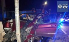 Un coche se lleva por delante tres contenedores, una valla y se empotra contra una farola en Murcia