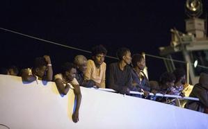 Italia permite el desembarco de 450 migrantes en Sicilia
