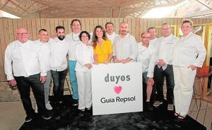 Juan Duyos viste a los diez chefs murcianos distinguidos con Soles de la Guía Repsol